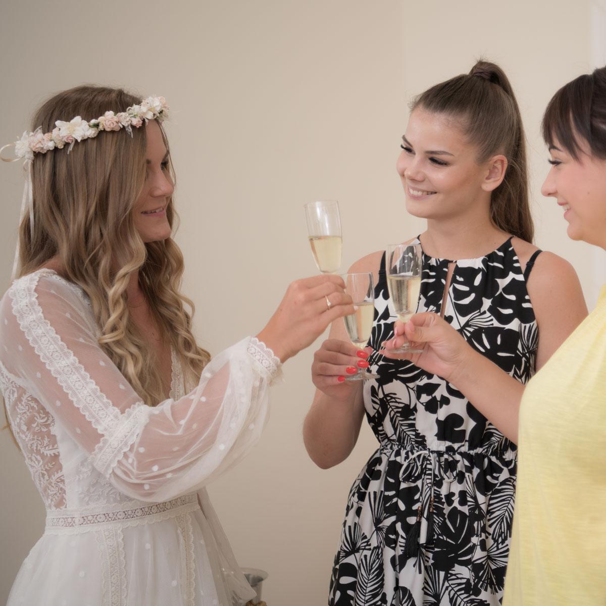Braukleid Anprobe mit Brautjungfern
